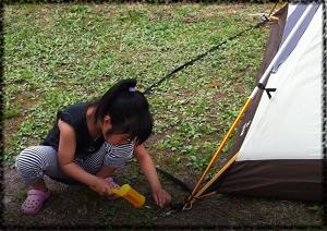 キャンプでテント張り